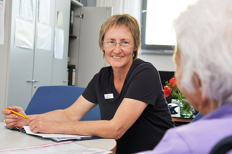 Mitarbeiterin des Sozialen Beratungsdienstes im Gespräch mit Patientin