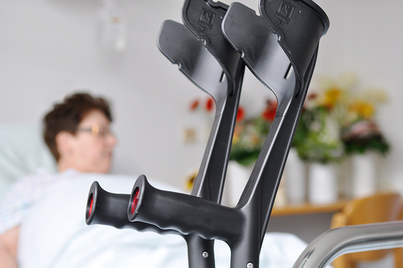 Krücken am Krankenbett einer Patientin