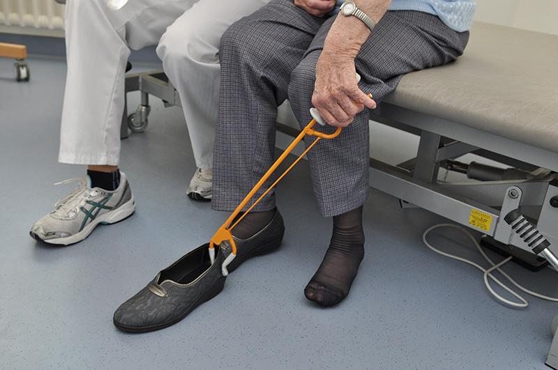 Alltagshilfen im Alter - Schuhanziehhilfe