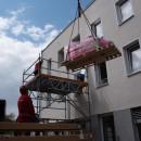 Röntgengerät wird durch das Fenster der Zweigpraxis des MVZ Ehingen transportiert