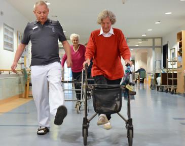 Patientin beim Gehtraining in der Geriatrischen Rehaklinik