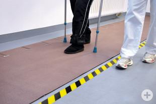 Gangbildanalyse - Patient geht auf einer Sensormatte